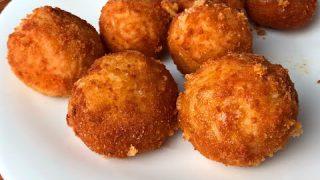 Si te sobra arroz NO LO TIRES!!! Prepara estas deliciosas bolitas de arroz rellenas de queso